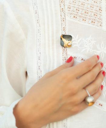 broche chemise en argent sterling avec feuille d'or 24 carats et perle
